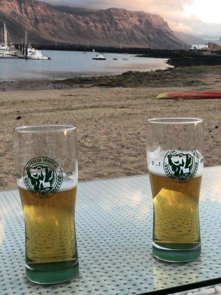 Anlegebier mit Bild auf die Bucht von Caleta del Sebo