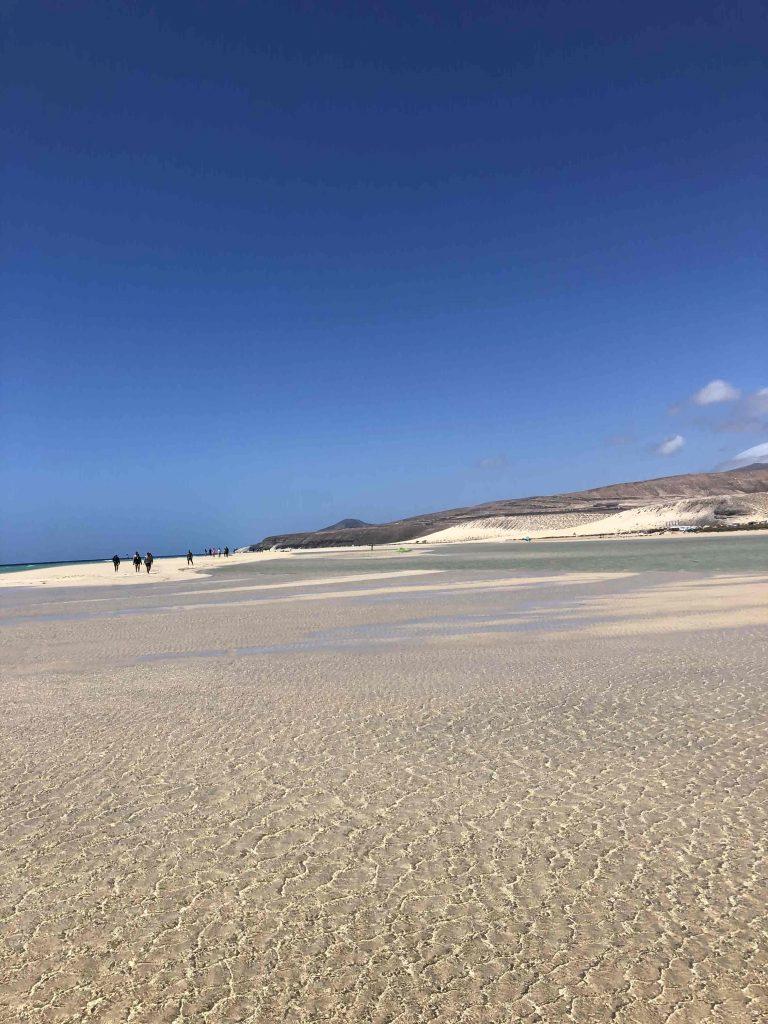 Herrlicher heller Strand zum Laufen