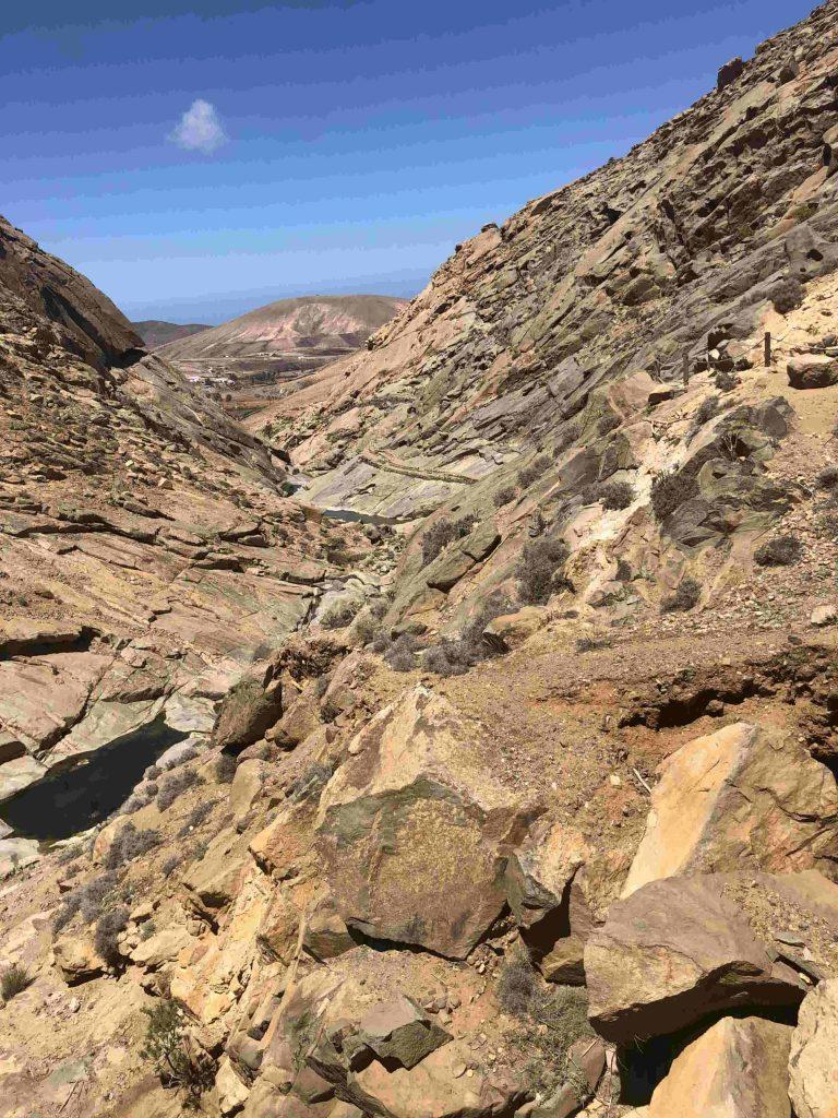 Rechts im Bild führt ein kleiner Weg entlang der Schlucht