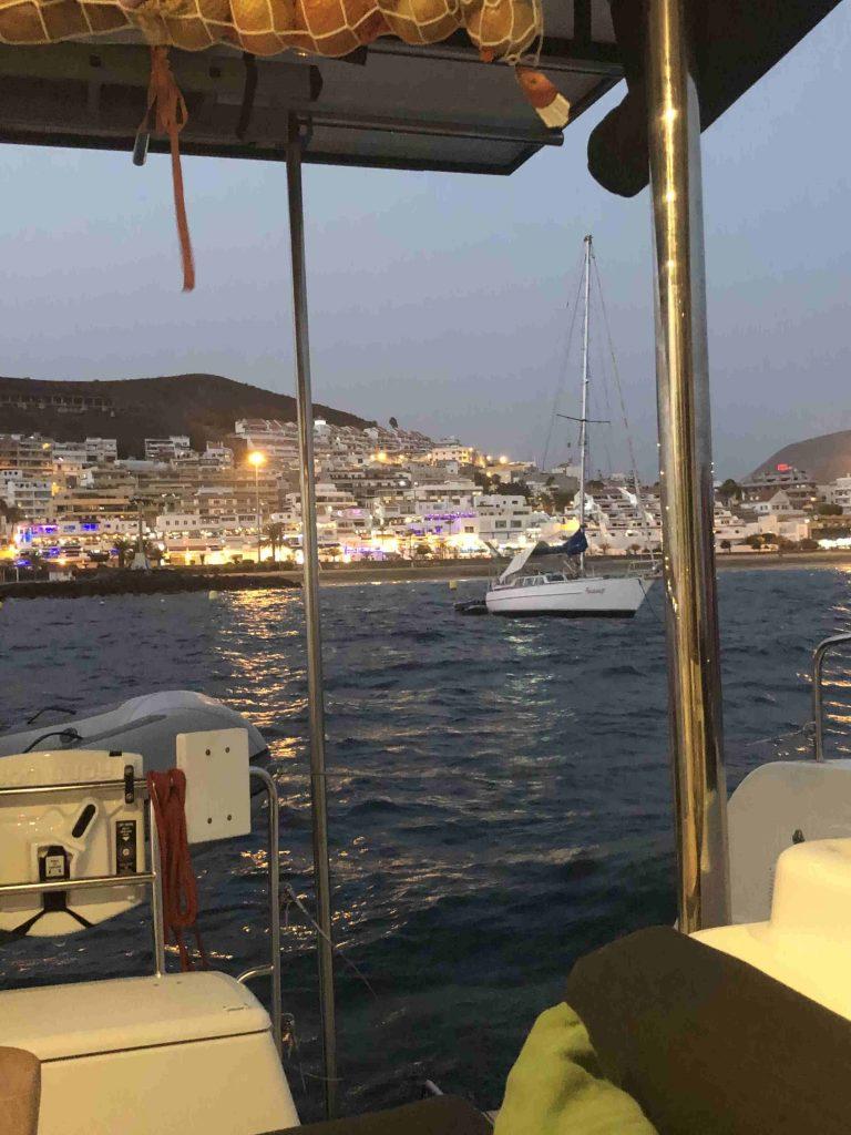 Abends genießen wir den erleuchteten Ort  vom Schiff aus